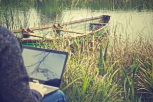 en-frilansskribent-kan-jobbe-hvor-som-helst-slik-som-nede-ved-vannkanten-pa-en-varm-sommerdag